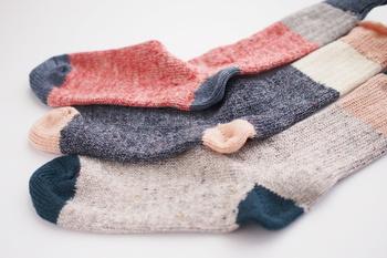 アクリル糸を使用しているので、強度と耐久性、また、適度な保湿性・吸水性に優れ、さらには乾きやすさも兼ね備えています。