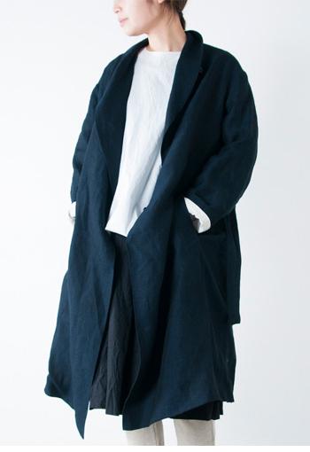 R & D.M.Co-のゆったりしたリネンのガウンコート。 たっぷりとリネンを使った贅沢な仕立てで、大人の空気感が漂います。 さらっと羽織れて、ちょっと近所へ買い物に行く時に気張らずおしゃれを楽しめます。