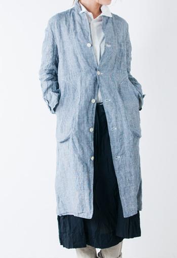 R & D.M.Co-のリネンの風合い豊かなワークコート。 ナチュラルな雰囲気ですが、細身のシルエット、きれいなパターンでほっこりしない洗練されたデザインです。 着こむほどに馴染んでいく楽しみもあります。