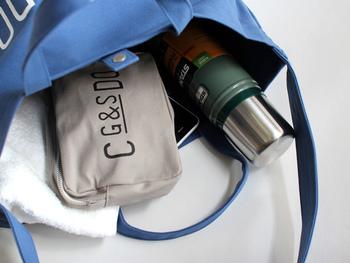 二泊程度の旅行バッグとしても使えそうなほど大容量!細々したものを収納できる内ポケットなど、使いやすさも考えられています。お出かけが好きな方や、荷物がいつも多め…という男性への贈り物にいかがですか?