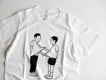 イラストはタイポグラフィーから人物や食べ物モチーフなど様々。豊富なラインナップのなかから選べます。Tシャツのベースカラーはホワイトとグレーの2色で、どちらもベーシックな色味だから着やすいですよね。男性には「M」サイズがおすすめです。