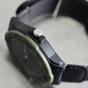 腕時計にしてはリーズナブルな価格帯ながら、機能は充実!10気圧防水なので、水仕事関係をされている方にもおすすめです。サイズ調整も自在で、体型を選びません。
