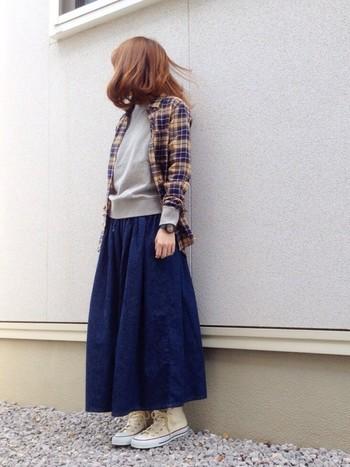 ふんわりとしたフレアスカートもかわいいいですね。チェックシャツを合わせれば優しい印象の大人カジュアルスタイルになります。