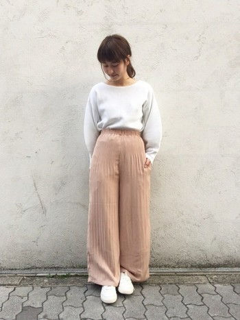 人気のスカーチョをピンク色で可愛らしく。ホワイトと2色のみのコーデで、ふんわり優しいガーリーニュアンスに仕上がっていますね。
