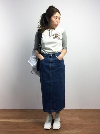 タイトで長め丈のスカートは大人の女性だからこそ着こなせるアイテムです。ベースボールシャツを合わせてスポーティなスタイル。