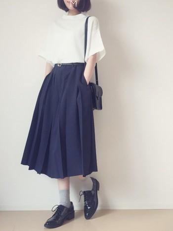 プリーツ入りのスカーチョはさらにスカートっぽさが増します♪おじ靴と合わせてちょっぴり優等生スタイルに寄せるのも素敵です。