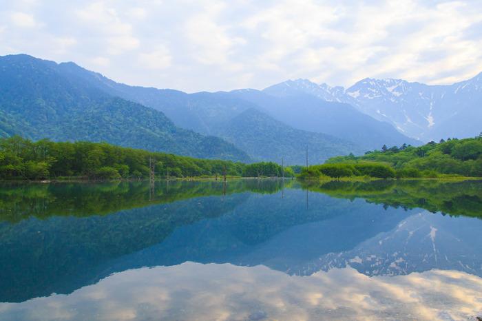 美しく静かな水面には、遥か遠くの穂高連峰が映り込みます。ウォーキングコースの序盤でわたしたちを出迎えてくれる大正池で、まずは思いっきり深呼吸してみましょう。