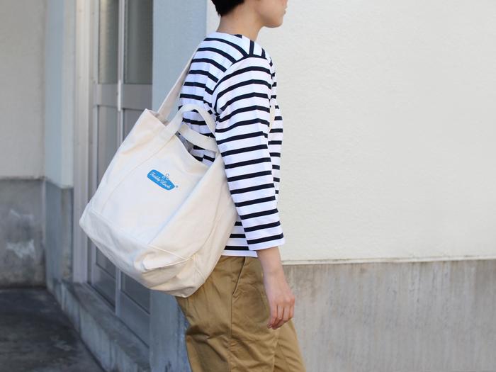 ショルダーは斜め掛けで持つ事ができるので、荷物が多いときに楽ですね。 ママバッグやショッピングバッグとしてもおすすめです。