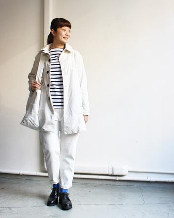 白がコーディネートに映える、Aラインのコート。 スポーティーな雰囲気にAラインのシルエットで少し女性らしさがプラスされています。 都会的なスポーツスタイルを楽しめますね。