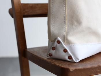 バッグの底部には、アメリカ製の銅のリベットが打ち込まれています。擦り切れやすい部分なので、このひと手間はうれしいですね。また、防水の機能も備えているので、床や地面に直置きしても大丈夫。