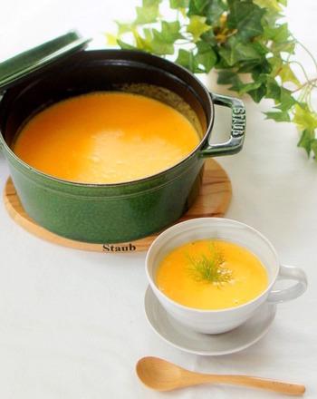 ココナッツオイルを使ってほんのりエスニック風に仕上げた人参のポタージュ。とろみ付けにご飯を入れているので、腹持ちも良いおすすめのスープです。