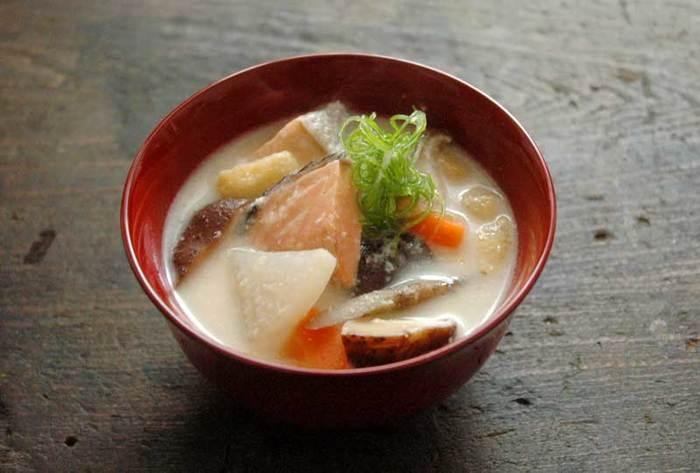 お野菜と鮭で具だくさんの汁は酒粕と甘めの味噌でこっくりとしたお味。寒い冬の定番ともいえる鮭の粕汁ですが、これにご飯を合わせるだけで栄養満点の食事になるので、季節を問わずにいただきたいですね。