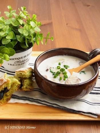 じっくり煮込んだじゃがいもはほろりと崩れて、スープにボリュームを出してくれます。マッシュルームの旨みのとろりとしたミルクスープです。