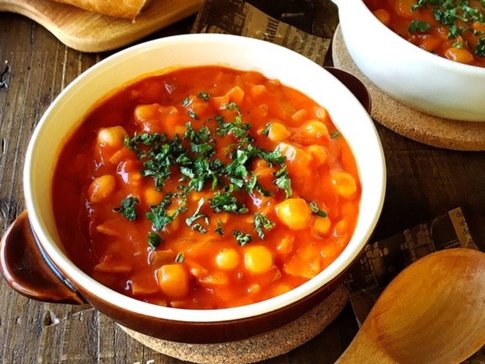 トマト缶をベースにした具だくさんのスープ。トマト、ベーコン、人参、玉ねぎ、ひよこ豆など、旨みたっぷりの食材を一度にいくつも食べられるので健康的♪