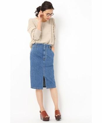 チープな印象になりがちなデニムスカートですが、スリットやフィット感で大人っぽい着こなしが叶います。ひざが隠れるくらいの絶妙な丈感が大人っぽさを引き出しています。