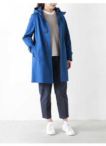 綺麗なブルーが新鮮な1枚。インナーは寒色系でまとめた爽やかな着こなし。少しだけ足元を覗かせるのがポイントですね。