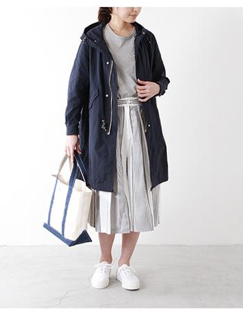 Aラインに広がるワイドなシルエットのインナーをざっくりと羽織ったモッズコートが素敵。余裕のある身幅やラフな雰囲気が漂い、気軽に着こなせるデイリースタイルに。