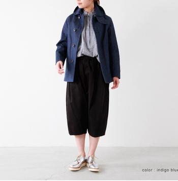 程よい着丈がややカジュアルな印象。幅広いスタイルに合わせやすいシンプルな仕立てがシルエットが素敵です。半端丈のワイドボトムとのバランスが良く、すっきりと見える足元が春らしい着こなしです。