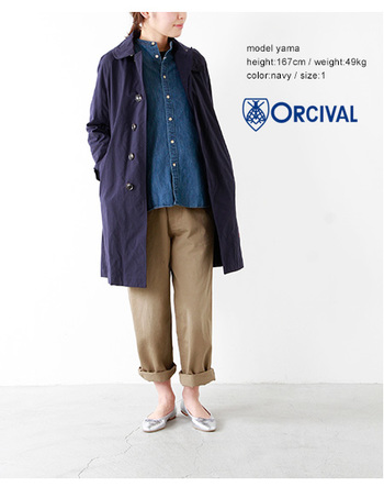 合わせやすいシンプルなデザインが魅力的な1枚。ドライタッチな素材感のインナーにはカジュアルなデニムシャツを合わて。ロールアップしたカーゴパンツの足元には、上品なバレエシューズを合わせて女性らしさを添えているのも、ぜひマネしたいですね。