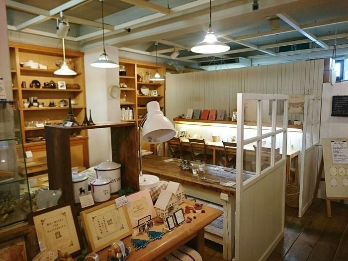カフェスペースの周囲は素敵な物にあふれていて、雑貨好きにはたまらないお店です。