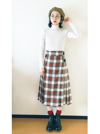 チェック柄の定番、巻きスカートが主役の優等生風コーデ。タータンチェックを使ったコーデのポイントは、生地で使われている色をトップスや足元に使うこと。こちらもニットと靴下、シューズ全てタータンチェックのカラーを取り入れていますね*
