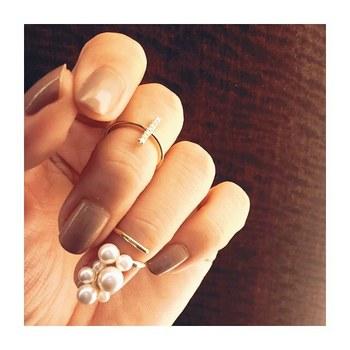 第一関節と第二関節の間につける「ファランジリング」と、爪にかぶせるようにつける「チップリング」。普通のリングじゃ物足りない方にぜひおすすめです。指先が一気に華やぐので、手元のしぐさも自然と綺麗になりそうですね。シンプルネイルに合わせるのが素敵です。