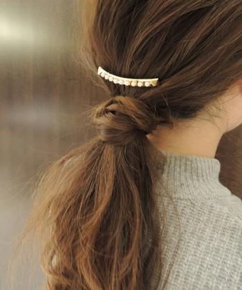 ゴールドにパールをラインであしらったヘアアクセサリーです。コームタイプになっているので、さくっと差すだけで簡単にこなれた雰囲気に変身できます。