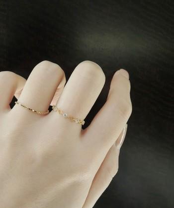 透かし加工のリングと、チェーンタイプのリングがセットになっているお得なリング。別々の指につけても、重ねてつけても新鮮なコーディネートになります。繊細なデザインが女性らしい手を演出します。