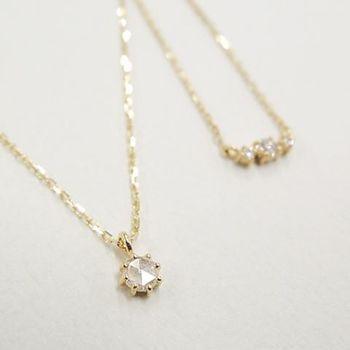 どんなコーディネートにも合う一粒ダイヤのネックレスはぜひ一つ持っておきたいアイテムです。定番の一粒ダイヤタイプも、ローズカットだとちょっと差をつけることができますね。ゴールドは優しい雰囲気になるのでおすすめです。