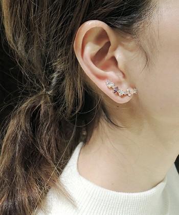 耳元がぱっと華やぐイヤークリップ。ピアスホールが一つだったり、イヤリング派の方も簡単に取り付けることができます。存在感のあるイヤークリップはお呼ばれのパーティーにもぴったりです。