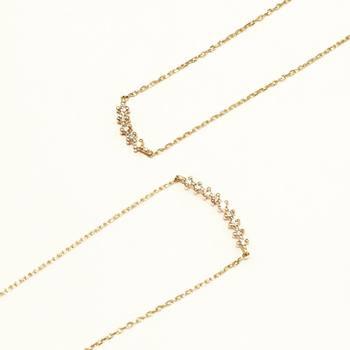 ダイヤモンドをライン状に配置したネックレス。ゆるやかな弓形がつけたときに優しく胸元に寄り添います。控えめでもダイヤのキラキラ感は存在感抜群です。
