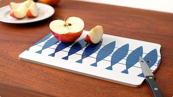 sill(ニシン)と呼ばれる魚モチーフのデザインのカッティングボード。カットしてそのままテーブルに出せるオシャレなデザイン。