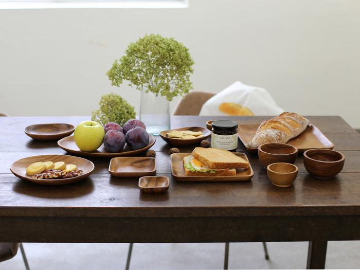 ひとつあるだけで、まるでカフェのような食卓に。大きなサイズはプレートランチや大皿として、小さなものは取り分け皿として、形もスクエア・ラウンド・オーバルと様々ですので、料理やシーンに合わせてお使いいただけます。陶磁器とも相性が良いので、お手持ちの食器と混ぜて使っても素敵ですよ。
