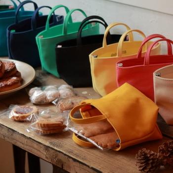 """お菓子を入れて持ち歩くのにちょうど良いミニサイズの""""おやつトート""""。お子様用のバッグとしても人気が高いようです。"""