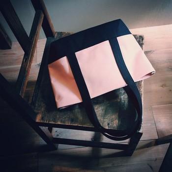 「ベビーピンク×くろ」は、あますぎないピンクのバッグ。