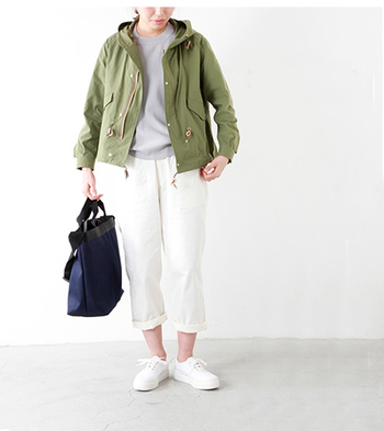 ミリタリーテイストのフードジャケットをざっくりと羽織って、こなれ感漂うスタイルに。腰までのショート丈なのでハードな印象になりにくいのも嬉しいポイント。こちらもボトムにホワイトを合わせて爽やかにまとめています。