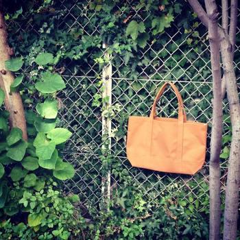 荷物をたっぷり入れられるLサイズは、お仕事にももちろん、ママさんバッグとして利用しても満足のいく大きさです。こちらは「シナモン」という可愛らしい名前。