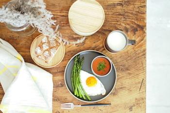 マットな風合いと色彩は、和食から洋食までどんな食材と合わせても違和感がなく、料理を鮮やかに引き立ててくれます。