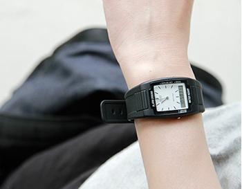 CASIOのシンプルな佇まいが魅力的なアナデジ腕時計のご紹介です。無駄がない文字盤はとても見やすくシックな佇まい。とても軽く、長時間着用してもストレスを感じません。防水機能やストップウォッチやアラームも付いていて機能面も◎ 飽きの来ないデザインですのでずっと愛用していただけるアイテムです。