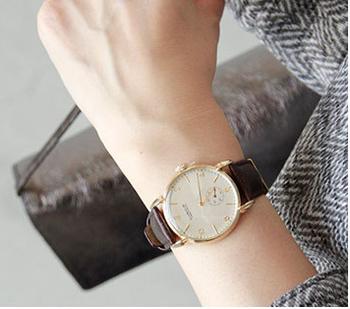 ラウンドスタイルのケースが優しい印象。ハンドセットされたアラビア数字や、6時位置にセットされたスモールセコンドなど、手の込んだ 造りの文字盤が魅力的。大きな文字盤の腕時計は女性の手首を華奢に見せてくれます。もちろん男性にもおすすめ。 マニッシュやキレイめなコーディネート、 ビジネスシーンにもとても合いますね。