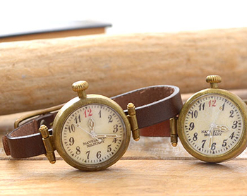 """アーティストハンドメイドウォッチ""""slider""""です。ヴィンテージ物の時計のように、クラシックな表情とダメージ感が魅力的な一点もの。飽きのこない女性らしい繊細さと懐中時計のようなヴィンテージデザインが魅力。休みの日のお出かけ用に使いたいですね。"""