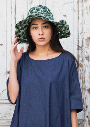 こちらは帽子専門店「カオリノモリ」とのコラボアイテム。リサイクルサリーを使用した爽やかなクロシェハット。柄や色は同じものがひとつとしてない、オンリーワンのアイテム。