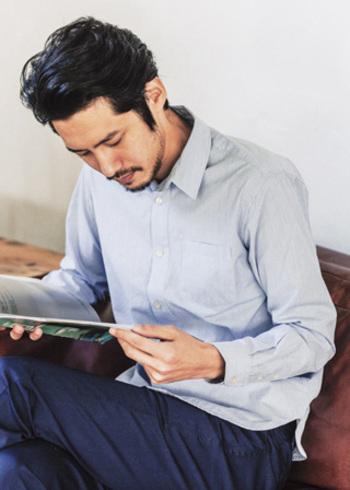 バングラデシュのコットンで作られたシャツ。手織りの白とサックスブルーのストライプ生地が素敵です。