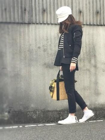 差し色やアクセントカラーは、色だけでなくシルエットでもより効果的になります。帽子やバッグなどの小物は差し色にもってこいのアイテム。帽子と靴で全体の黒を引き締め、重すぎないスタイルのバランスが素敵です。