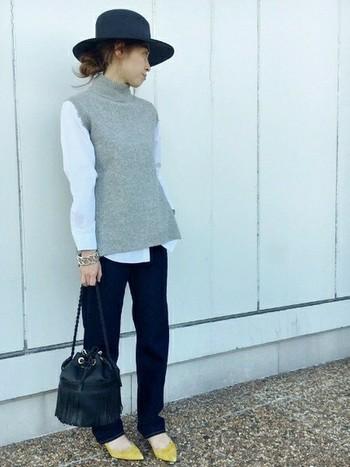 服は着回しのできるシンプルなもので揃えたい、というときに靴は便利な差し色アイテムになります。黒、白、グレーのモノトーンコーディネートにイエローのパンプスが効いていますね。