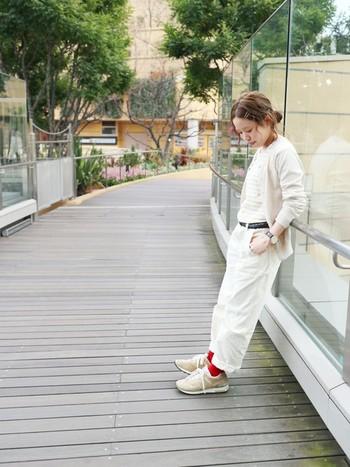 ベージュやホワイト系のナチュラルカラーと思いきや、赤い靴下が素敵なスパイスを加えています。遠くからでもぱっと目を引く印象的なコーディネートになりますね。