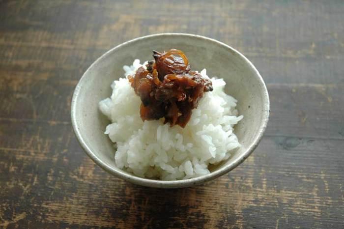 佃煮(つくだに)は、砂糖と醤油で甘辛く煮付けた日本の食べ物のこと。主に小魚、アサリなどの貝類、昆布等の海藻類などを醤油、砂糖等で甘辛く煮染めたものをいいます。一緒にシソやゴマなどを加えて作ることもあり、アレンジの幅は無限大。最近では、牛肉の佃煮なども目にすることがあります。ご飯と一緒に食べると、ついつい箸がすすむ美味しさです。