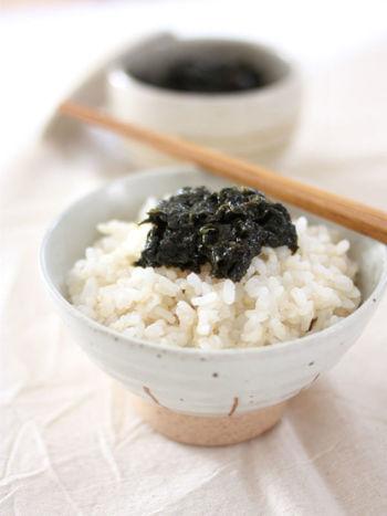 少ない材料で簡単調理!柚子胡椒を加えたピリッと辛い海苔の佃煮は、ご飯には勿論、おつまにもぴったり!