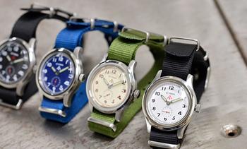 """1940年代の雰囲気を忠実に再現した英国ミリタリー時計。CYMA社が英国陸軍に納品し使用されていたモデルをベースに再現された""""ROYAL ARMY""""ナイロンベルトウォッチです。矢印のような形をしたブロードアローマークが施されており、英国軍の時計であることを示しています。プライベートにも仕事にも使えるミリタリーテイストで、いつもとは違ったコーディネートを楽しめます。"""