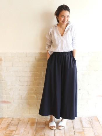 マキシスカートみたいなワイドパンツとストライプのリネンシャツの組み合わせ。普段着仕様だけど、柔らかな生地感が女らしい。